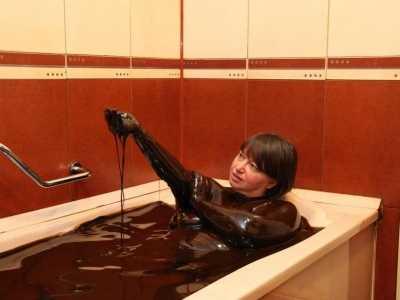 """石油浴 众多游客慕名来泡""""石油"""